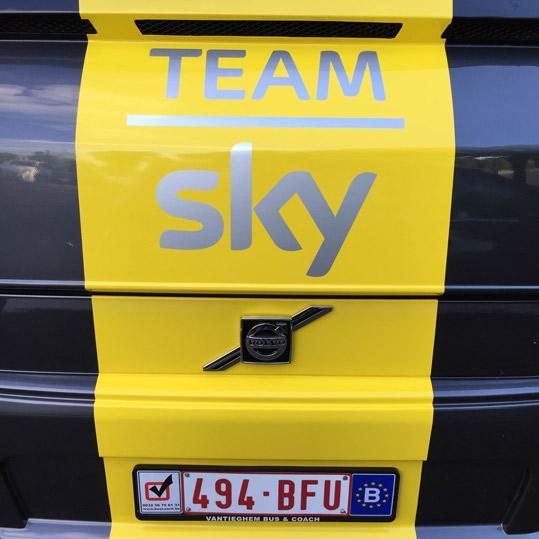 bus sky jaune
